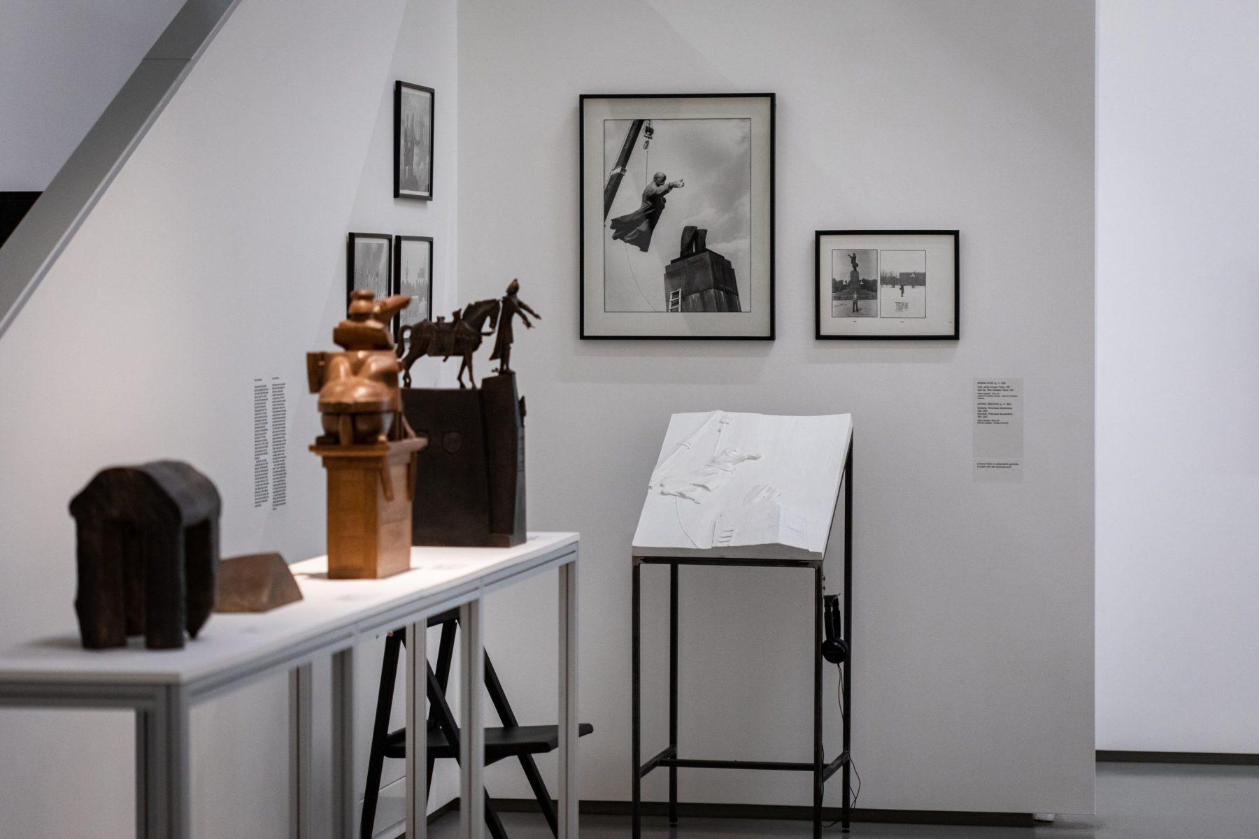 """Antroji parodos """"BLIND DATE"""" serija: NDG ekspozicijos grafikos ir fotografijos darbų reljefai"""
